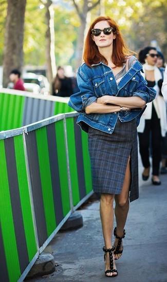 Wie kombinieren: blaue Jeansjacke, graues T-Shirt mit einem Rundhalsausschnitt, dunkelblauer Bleistiftrock mit Schottenmuster, schwarze Leder Sandaletten