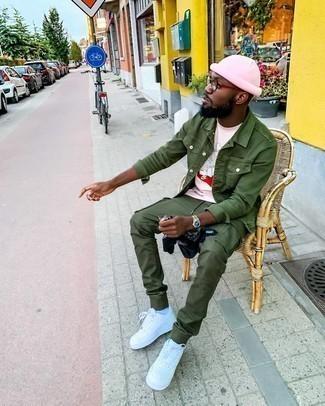 Jacke kombinieren – 500+ Herren Outfits: Kombinieren Sie eine Jacke mit einer olivgrünen Cargohose für ein sonntägliches Mittagessen mit Freunden. Weiße Leder niedrige Sneakers fügen sich nahtlos in einer Vielzahl von Outfits ein.