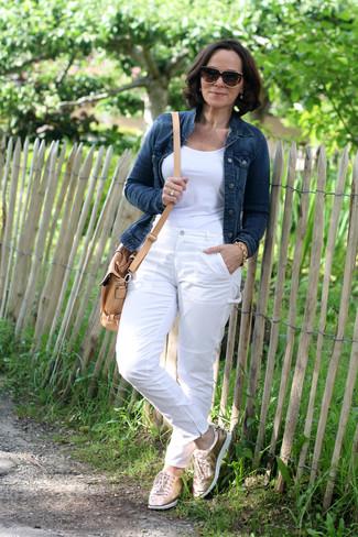 Wie kombinieren: dunkelblaue Jeansjacke, weißes T-Shirt mit einem Rundhalsausschnitt, weiße Chinohose, goldene Leder niedrige Sneakers
