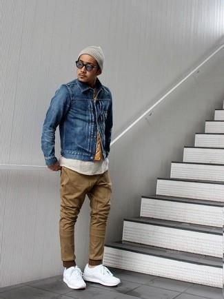 Wie kombinieren: blaue Jeansjacke, hellbeige T-Shirt mit einem Rundhalsausschnitt, braune Chinohose, weiße Leder niedrige Sneakers