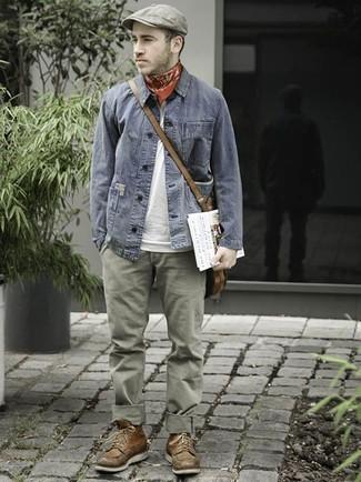 Wie kombinieren: graue Jeansjacke, weißes T-Shirt mit einem Rundhalsausschnitt, olivgrüne Chinohose, braune Lederfreizeitstiefel