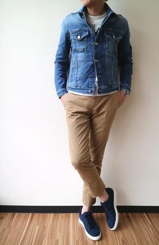 Wie kombinieren: blaue Jeansjacke, graues bedrucktes T-Shirt mit einem Rundhalsausschnitt, beige Chinohose, dunkelblaue Segeltuch niedrige Sneakers