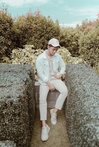 Wie kombinieren: weiße Jeansjacke, hellbeige T-Shirt mit einem Rundhalsausschnitt, hellbeige Chinohose, hellbeige Sportschuhe