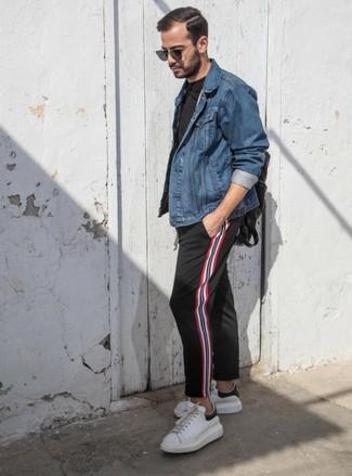 Wie kombinieren: blaue Jeansjacke, schwarzes T-Shirt mit einem Rundhalsausschnitt, schwarze vertikal gestreifte Chinohose, weiße Leder niedrige Sneakers