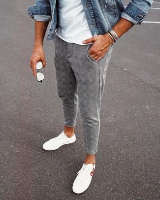 Wie kombinieren: blaue Jeansjacke, weißes T-Shirt mit einem Rundhalsausschnitt, graue Chinohose mit Schottenmuster, weiße niedrige Sneakers