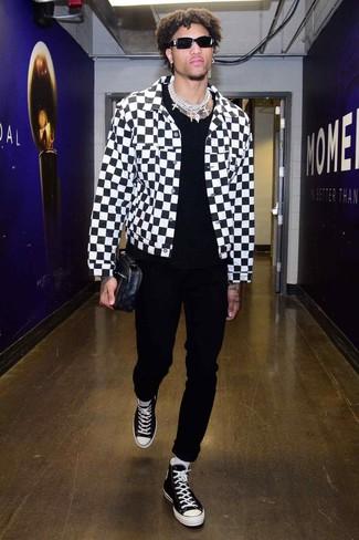 Wie kombinieren: weiße und schwarze Jeansjacke mit Karomuster, schwarzes T-Shirt mit einem Rundhalsausschnitt, schwarze Chinohose, schwarze und weiße hohe Sneakers aus Segeltuch