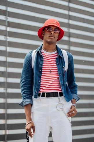 Wie kombinieren: blaue Jeansjacke, weißes und rotes horizontal gestreiftes T-Shirt mit einem Rundhalsausschnitt, weiße Chinohose, weißer Segeltuch Rucksack