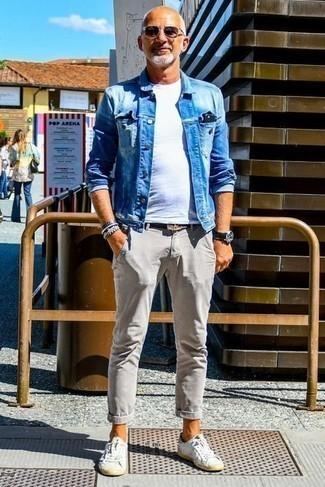 Weiße Leder niedrige Sneakers kombinieren: trends 2020: Kombinieren Sie eine blaue Jeansjacke mit einer grauen Chinohose für ein großartiges Wochenend-Outfit. Suchen Sie nach leichtem Schuhwerk? Vervollständigen Sie Ihr Outfit mit weißen Leder niedrigen Sneakers für den Tag.