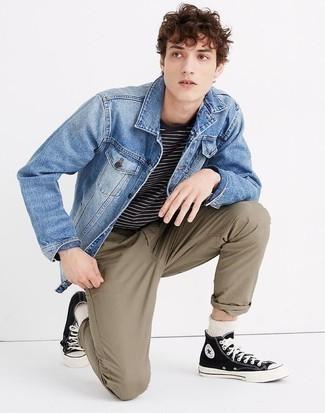 Hose kombinieren: trends 2020: Tragen Sie eine blaue Jeansjacke und eine Hose für einen bequemen Alltags-Look. Machen Sie Ihr Outfit mit schwarzen und weißen hohen Sneakers aus Segeltuch eleganter.