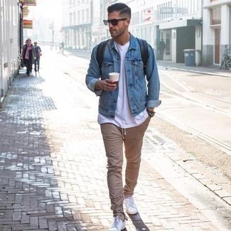 Weiße Leder niedrige Sneakers kombinieren – 500+ Herren Outfits: Erwägen Sie das Tragen von einer hellblauen Jeansjacke und einer beige Chinohose für ein großartiges Wochenend-Outfit. Suchen Sie nach leichtem Schuhwerk? Vervollständigen Sie Ihr Outfit mit weißen Leder niedrigen Sneakers für den Tag.