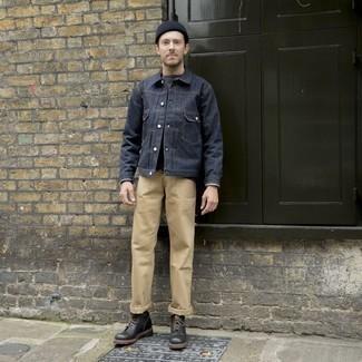 Beige Chinohose kombinieren: trends 2020: Paaren Sie eine dunkelblaue Jeansjacke mit einer beige Chinohose für einen bequemen Alltags-Look. Fühlen Sie sich ideenreich? Wählen Sie eine schwarze Lederfreizeitstiefel.
