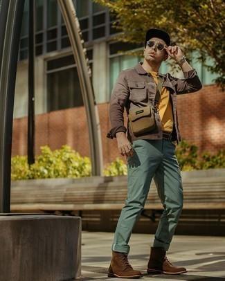 Braune Wildlederfreizeitstiefel kombinieren – 250 Herren Outfits: Kombinieren Sie eine braune Jeansjacke mit einer mintgrünen Chinohose für ein großartiges Wochenend-Outfit. Eine braune Wildlederfreizeitstiefel putzen umgehend selbst den bequemsten Look heraus.