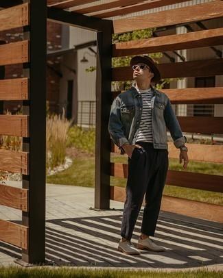 30 Jährige: Smart-Casual Outfits Herren 2020: Vereinigen Sie eine hellblaue Jeansjacke mit einer schwarzen Chinohose für ein Alltagsoutfit, das Charakter und Persönlichkeit ausstrahlt. Vervollständigen Sie Ihr Outfit mit weißen Segeltuch Brogues, um Ihr Modebewusstsein zu zeigen.