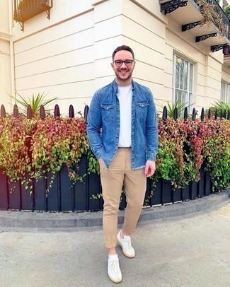 Weiße Leder niedrige Sneakers kombinieren – 500+ Sommer Herren Outfits: Kombinieren Sie eine blaue Jeansjacke mit einer beige Chinohose für ein sonntägliches Mittagessen mit Freunden. Machen Sie diese Aufmachung leger mit weißen Leder niedrigen Sneakers. Dieses Outfit ist hervorragend für den Sommer geeignet.