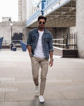 Schwarze Sonnenbrille kombinieren – 1200+ Herren Outfits: Eine blaue Jeansjacke und eine schwarze Sonnenbrille sind das Outfit Ihrer Wahl für faule Tage. Wählen Sie weißen Segeltuch niedrige Sneakers, um Ihr Modebewusstsein zu zeigen.