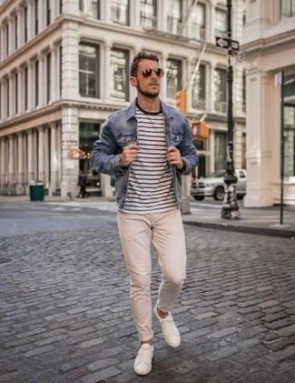 Blaue Jeansjacke kombinieren – 500+ Herren Outfits: Kombinieren Sie eine blaue Jeansjacke mit einer hellbeige Chinohose für einen bequemen Alltags-Look. Fühlen Sie sich mutig? Entscheiden Sie sich für weißen Segeltuch niedrige Sneakers.