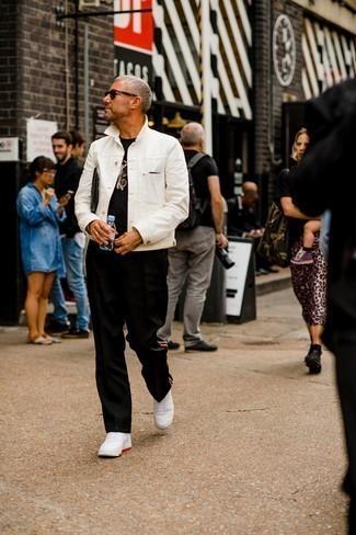 40 Jährige: Outfits Herren 2021: Tragen Sie ein schwarzes T-Shirt mit einem Rundhalsausschnitt für einen entspannten Wochenend-Look.