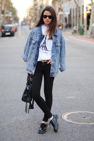 Wie schwarze und weiße Leder Oxford Schuhe mit türkiser Jeansjacke zu kombinieren – 4 Damen Outfits: Möchten Sie ein lockeres Outfit kreieren, ist diese Kombination aus einer türkisen Jeansjacke und schwarzen engen Jeans ganz wunderbar. Machen Sie Ihr Outfit mit schwarzen und weißen Leder Oxford Schuhen eleganter.