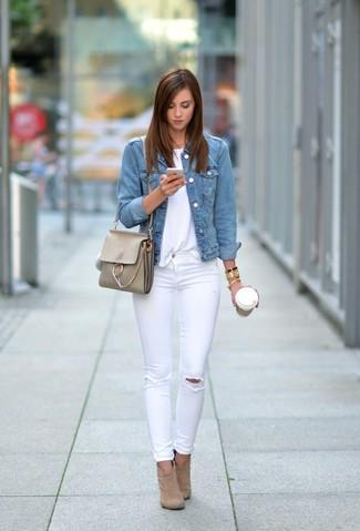 Wie kombinieren: hellblaue Jeansjacke, weißes T-Shirt mit einem Rundhalsausschnitt, weiße enge Jeans mit Destroyed-Effekten, beige Wildleder Stiefeletten
