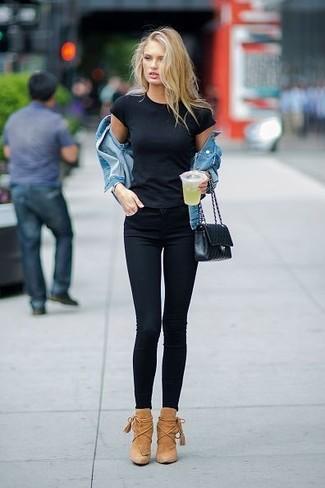 Wie kombinieren: blaue Jeansjacke, schwarzes T-Shirt mit einem Rundhalsausschnitt, schwarze enge Jeans, beige Wildleder Stiefeletten
