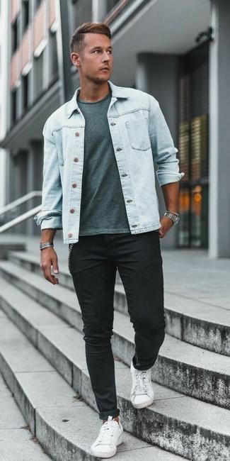 Wie kombinieren: hellblaue Jeansjacke, mintgrünes T-Shirt mit einem Rundhalsausschnitt, schwarze enge Jeans, weiße Segeltuch niedrige Sneakers