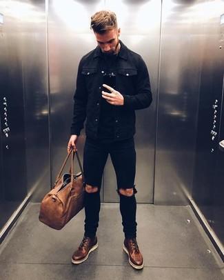 Braune Leder Reisetasche kombinieren: Casual-Outfits: trends 2020: Für ein bequemes Couch-Outfit, entscheiden Sie sich für eine schwarze Jeansjacke und eine braune Leder Reisetasche. Eine dunkelbraune Lederfreizeitstiefel bringen Eleganz zu einem ansonsten schlichten Look.