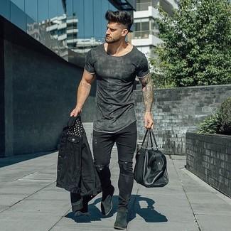 Wie kombinieren: schwarze Jeansjacke, dunkelgraues T-Shirt mit einem Rundhalsausschnitt, schwarze enge Jeans mit Destroyed-Effekten, schwarze Chelsea-Stiefel aus Wildleder