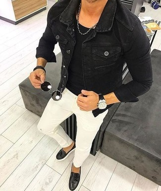 Wie kombinieren: schwarze Jeansjacke, schwarzes T-Shirt mit einem Rundhalsausschnitt, weiße enge Jeans, schwarze Leder Slipper mit Quasten
