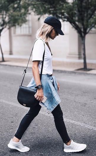 Wie kombinieren: blaue Jeansjacke, weißes T-Shirt mit einem Rundhalsausschnitt, schwarze enge Jeans, graue Sportschuhe