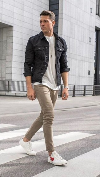 Wie kombinieren: schwarze Jeansjacke, weißes T-Shirt mit einem Rundhalsausschnitt, beige enge Jeans, weiße Leder niedrige Sneakers