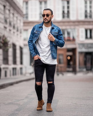 Wie kombinieren: blaue Jeansjacke, weißes T-Shirt mit einem Rundhalsausschnitt, schwarze enge Jeans mit Destroyed-Effekten, braune Chelsea-Stiefel aus Wildleder