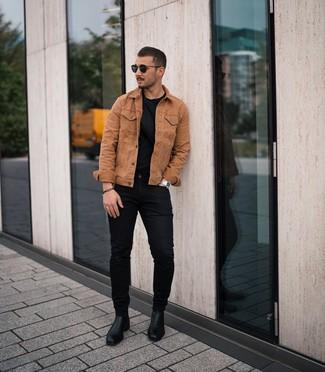 Wie kombinieren: rotbraune Jeansjacke, schwarzes T-Shirt mit einem Rundhalsausschnitt, schwarze enge Jeans, schwarze Chelsea-Stiefel aus Leder