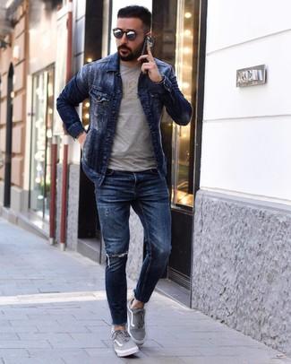 Wie kombinieren: dunkelblaue Jeansjacke, graues bedrucktes T-Shirt mit einem Rundhalsausschnitt, dunkelblaue enge Jeans mit Destroyed-Effekten, graue Segeltuch niedrige Sneakers
