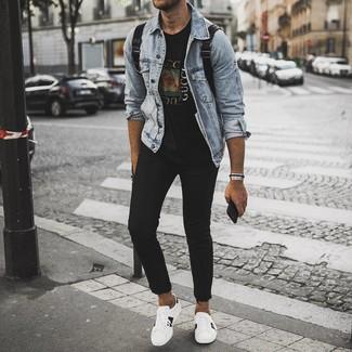 Wie kombinieren: hellblaue Jeansjacke, schwarzes bedrucktes T-Shirt mit einem Rundhalsausschnitt, schwarze enge Jeans, weiße bedruckte Leder niedrige Sneakers