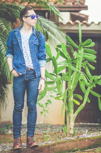 Wie kombinieren: blaue Jeansjacke, weißes und blaues bedrucktes T-Shirt mit einem Rundhalsausschnitt, dunkelblaue enge Jeans, braune Lederfreizeitstiefel