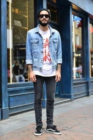 Wie kombinieren: hellblaue Jeansjacke, weißes und rotes bedrucktes T-Shirt mit einem Rundhalsausschnitt, dunkelgraue enge Jeans, schwarze niedrige Sneakers