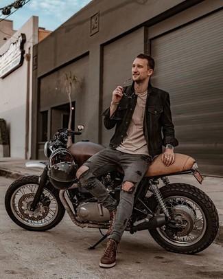 Graue enge Jeans mit Destroyed-Effekten kombinieren – 88 Herren Outfits: Kombinieren Sie eine schwarze Jeansjacke mit grauen engen Jeans mit Destroyed-Effekten für einen entspannten Wochenend-Look. Entscheiden Sie sich für eine braune Lederfreizeitstiefel, um Ihr Modebewusstsein zu zeigen.