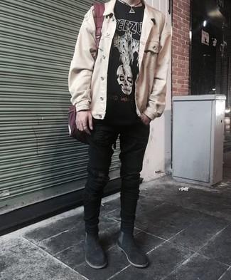 Lässige Outfits Herren 2021: Entscheiden Sie sich für Komfort in einem schwarzen und weißen bedruckten T-Shirt mit einem Rundhalsausschnitt und schwarzen engen Jeans mit Destroyed-Effekten. Fühlen Sie sich ideenreich? Ergänzen Sie Ihr Outfit mit schwarzen Chelsea Boots aus Wildleder.