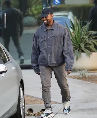Wie kombinieren: graue Jeansjacke, braunes T-Shirt mit einem Rundhalsausschnitt, graue Jeans, weiße Sportschuhe