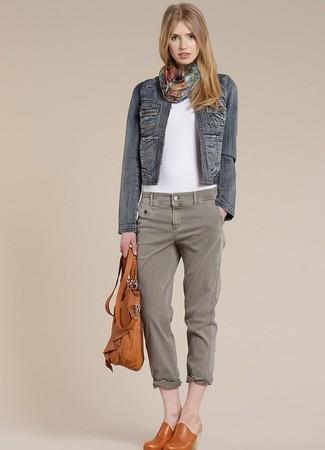 Wie kombinieren: dunkelblaue Jeansjacke, weißes T-Shirt mit einem Rundhalsausschnitt, graue Jeans, rotbraune Leder Pantoletten