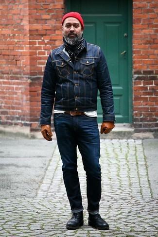 Wie kombinieren: dunkelblaue Jeansjacke, weißes T-Shirt mit einem Rundhalsausschnitt, dunkelblaue Jeans, schwarze Chukka-Stiefel aus Leder