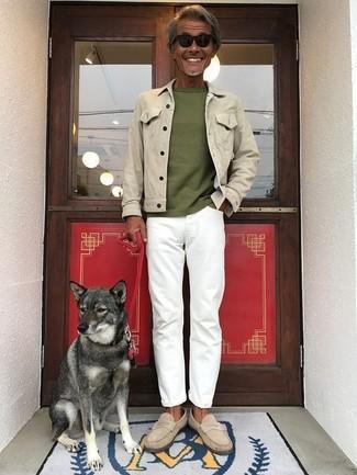 Wie kombinieren: hellbeige Jeansjacke, olivgrünes T-Shirt mit einem Rundhalsausschnitt, weiße Jeans, hellbeige Wildleder Slipper
