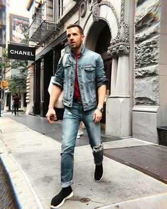 Wie kombinieren: blaue Jeansjacke, dunkelrotes T-Shirt mit einem Rundhalsausschnitt, blaue Jeans mit Destroyed-Effekten, schwarze hohe Sneakers