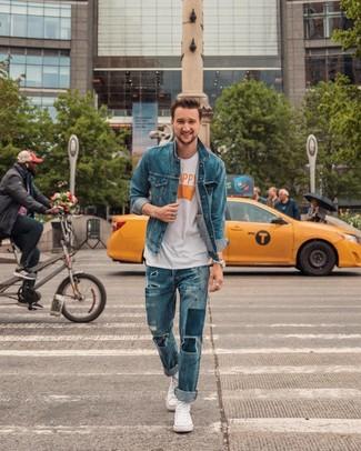 Wie kombinieren: blaue Jeansjacke, weißes bedrucktes T-Shirt mit einem Rundhalsausschnitt, blaue Jeans mit Destroyed-Effekten, weiße hohe Sneakers aus Segeltuch