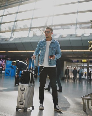 Wie kombinieren: hellblaue Jeansjacke, weißes T-Shirt mit einem Rundhalsausschnitt, schwarze Jeans, schwarze und weiße Segeltuch niedrige Sneakers
