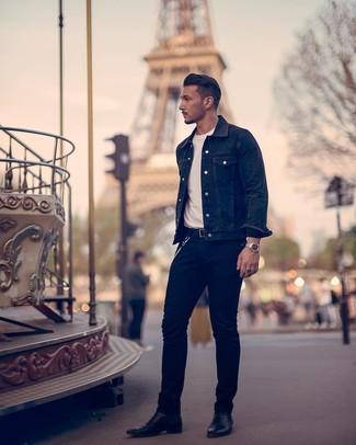 Wie kombinieren: schwarze Jeansjacke, weißes T-Shirt mit einem Rundhalsausschnitt, schwarze Jeans, schwarze Chelsea-Stiefel aus Leder