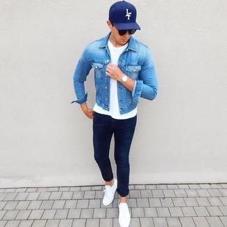 Dunkelblaue bedruckte Baseballkappe kombinieren: Eine blaue Jeansjacke und eine dunkelblaue bedruckte Baseballkappe vermitteln eine sorglose und entspannte Atmosphäre. Fühlen Sie sich mutig? Ergänzen Sie Ihr Outfit mit weißen Leder niedrigen Sneakers.