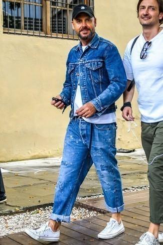Blaue Jeansjacke kombinieren: trends 2020: Eine blaue Jeansjacke und blaue Jeans mit Destroyed-Effekten sind eine ideale Outfit-Formel für Ihre Sammlung. Fühlen Sie sich mutig? Wählen Sie weißen Segeltuch niedrige Sneakers.