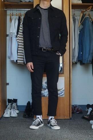 Herren Outfits & Modetrends 2020 für warm Wetter: Kombinieren Sie eine schwarze Jeansjacke mit schwarzen Jeans für ein Alltagsoutfit, das Charakter und Persönlichkeit ausstrahlt. Dieses Outfit passt hervorragend zusammen mit schwarzen und weißen Segeltuch niedrigen Sneakers.