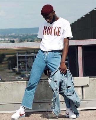 Weißes und rotes bedrucktes T-Shirt mit einem Rundhalsausschnitt kombinieren: trends 2020: Für ein bequemes Couch-Outfit, entscheiden Sie sich für ein weißes und rotes bedrucktes T-Shirt mit einem Rundhalsausschnitt und hellblauen Jeans. Wenn Sie nicht durch und durch formal auftreten möchten, ergänzen Sie Ihr Outfit mit weißen und roten Sportschuhen.